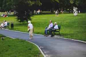 Parque con personas mayores
