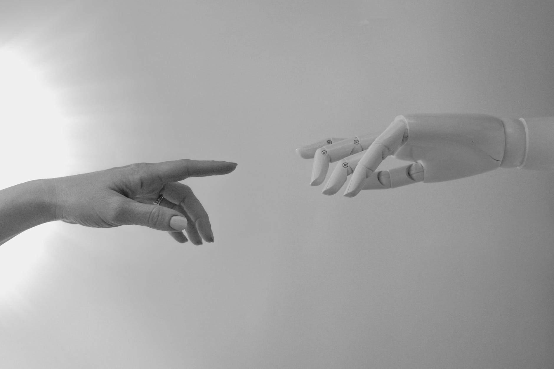 Mano robótica junto a mano humana
