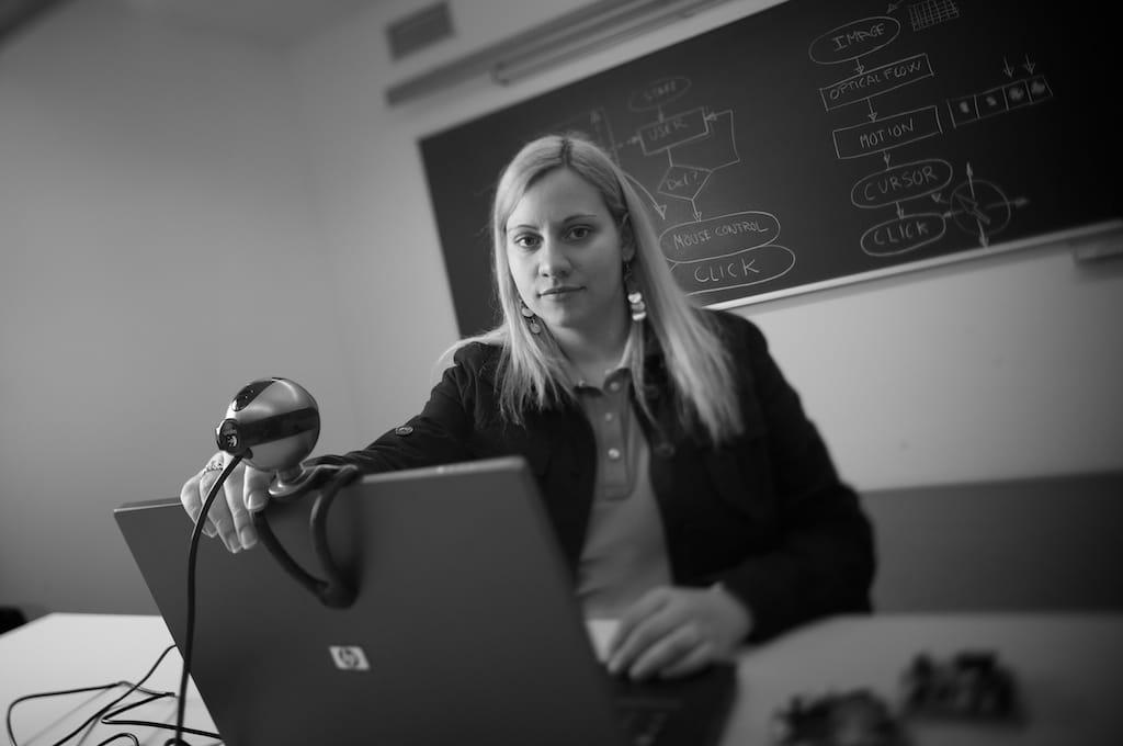 Mujer prueba el HeadMouse una herramienta que ayuda a las empresas en su consecución de lo marcado por la LISMI