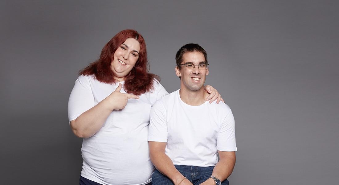Dos personas con discapacidad adultas