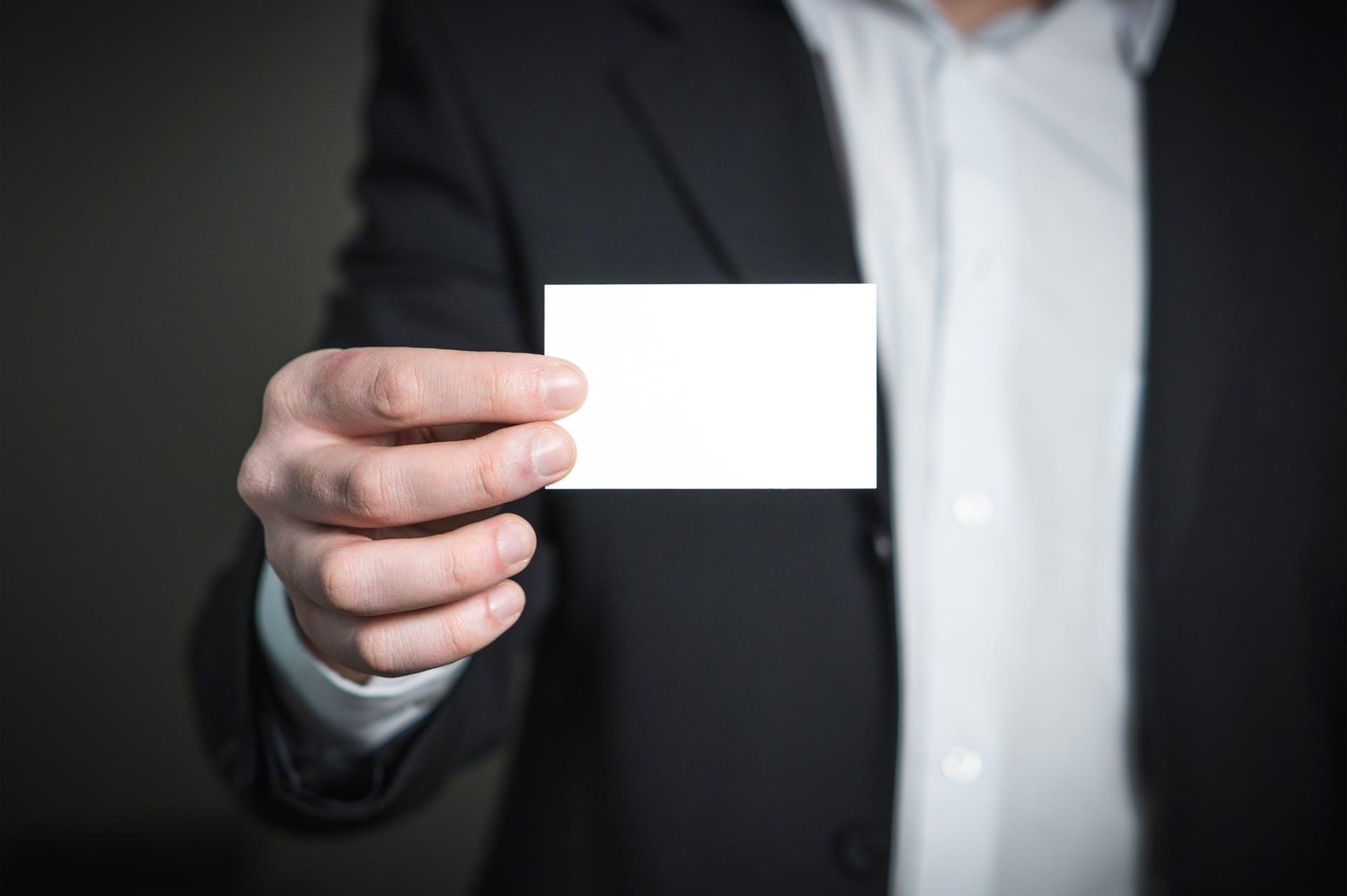 hombre sujetando una tarjeta