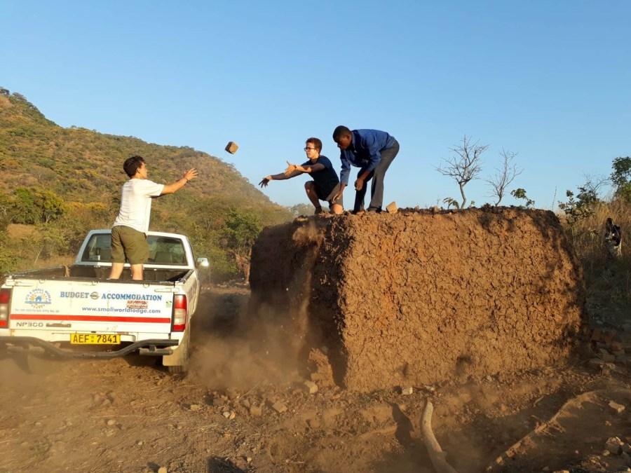 Alumnos colaborando en Zimbabwe en el verano de 2018