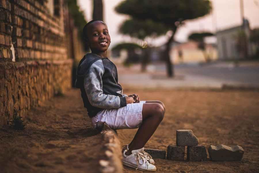 niño en la calle en África