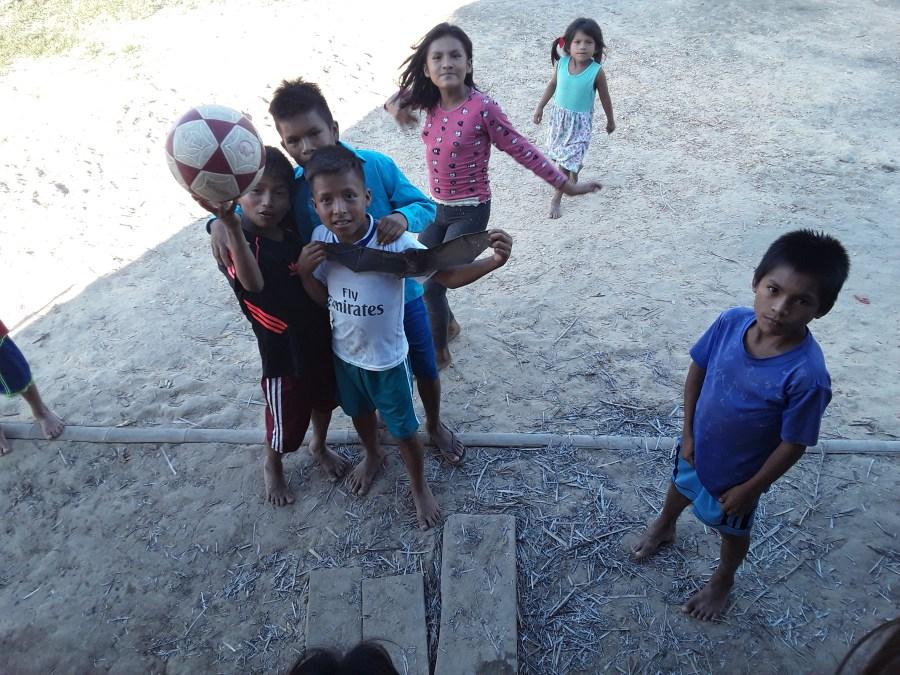 Niños jugando al fútbol en Villa Gónzalo (Perú)