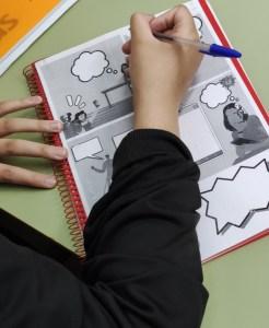 Una participante rellenado su cómic sobre voluntariado