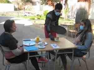 Participantes del programa formativo realizan un servicio en la Fundación