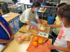 niños aprenden los beneficios del zumo naranja en la escuela de verano