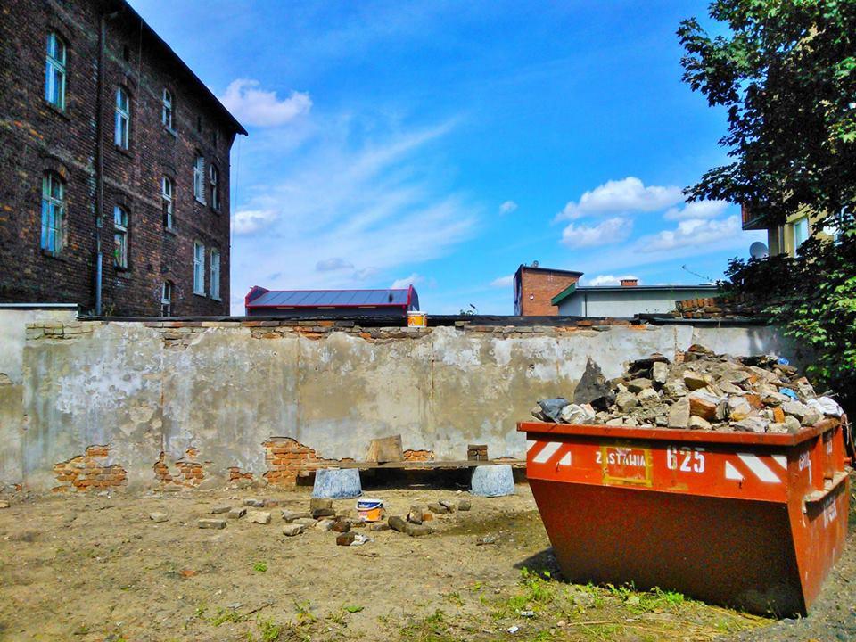 ogród społeczny plac na glanc Kredytowa - widok zdewastowanego muru
