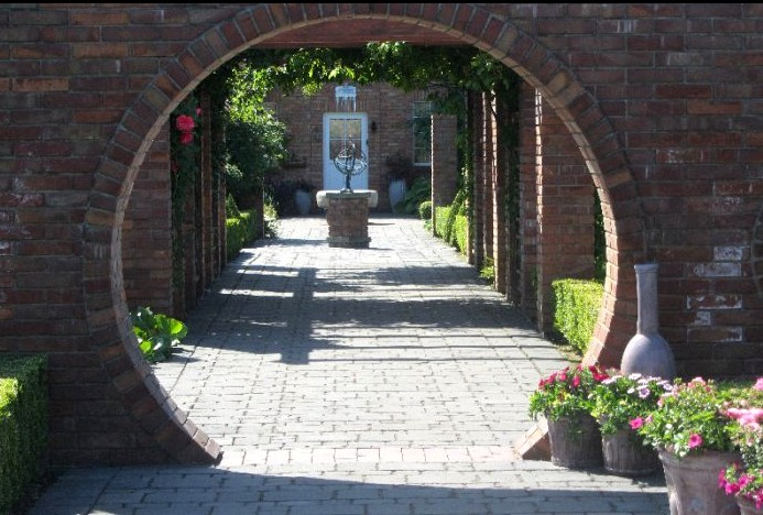 ogrody kapias - brukowane alejki w ogrodach różanych
