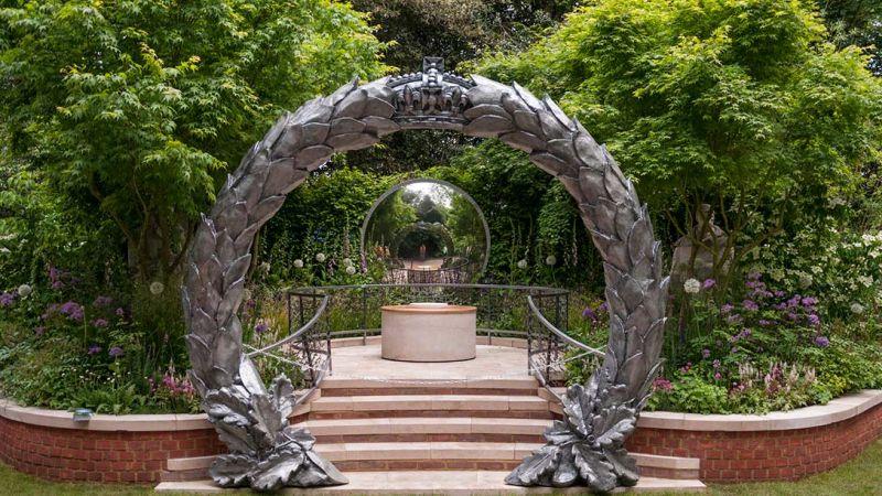 żałobny wieniec z metalu zamiast bramy w ogrodzie - zdjęcia