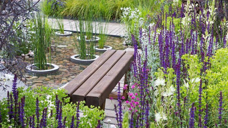 zielona ławeczka wśród kwiatów