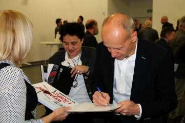Wpisy do książek na pamiątkę fot Wojciech Obremski