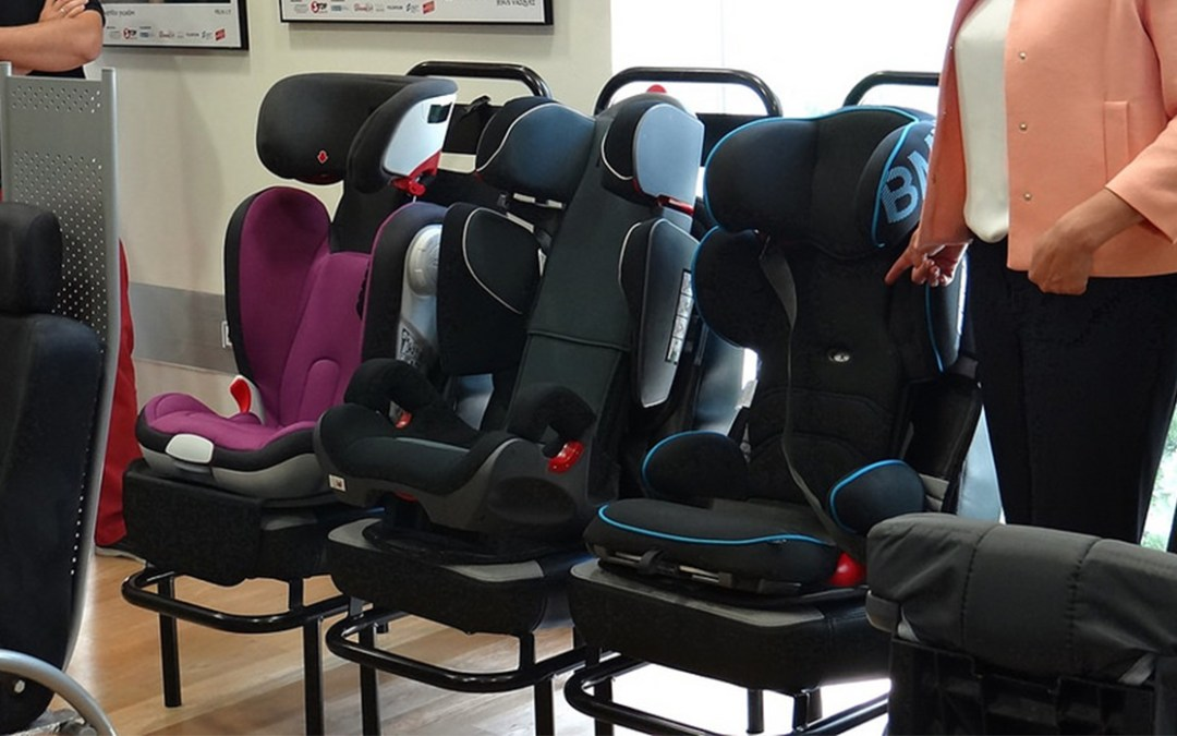 Los menores que midan 135 cm o menos deben viajar en los asientos traseros del vehículo