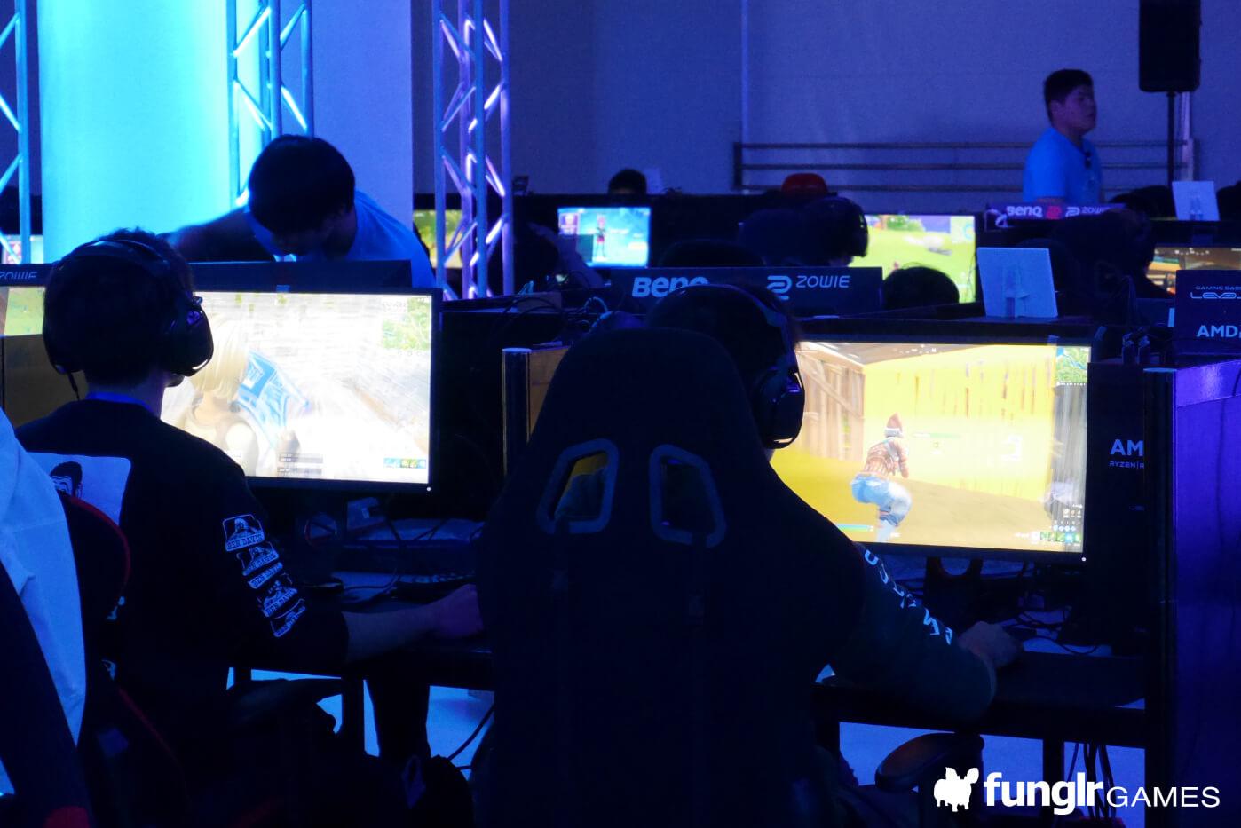 プレイヤーが集中し、緊張感が支配する選手ブース