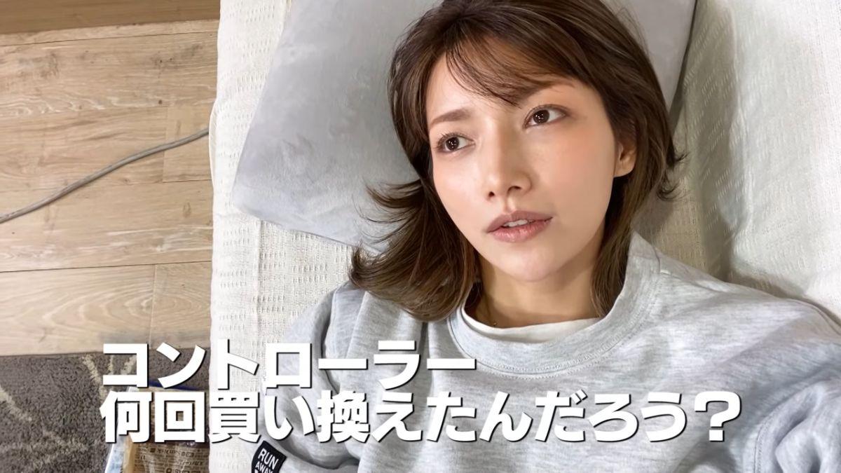 ソファに寝転がって質問に答える後藤さん