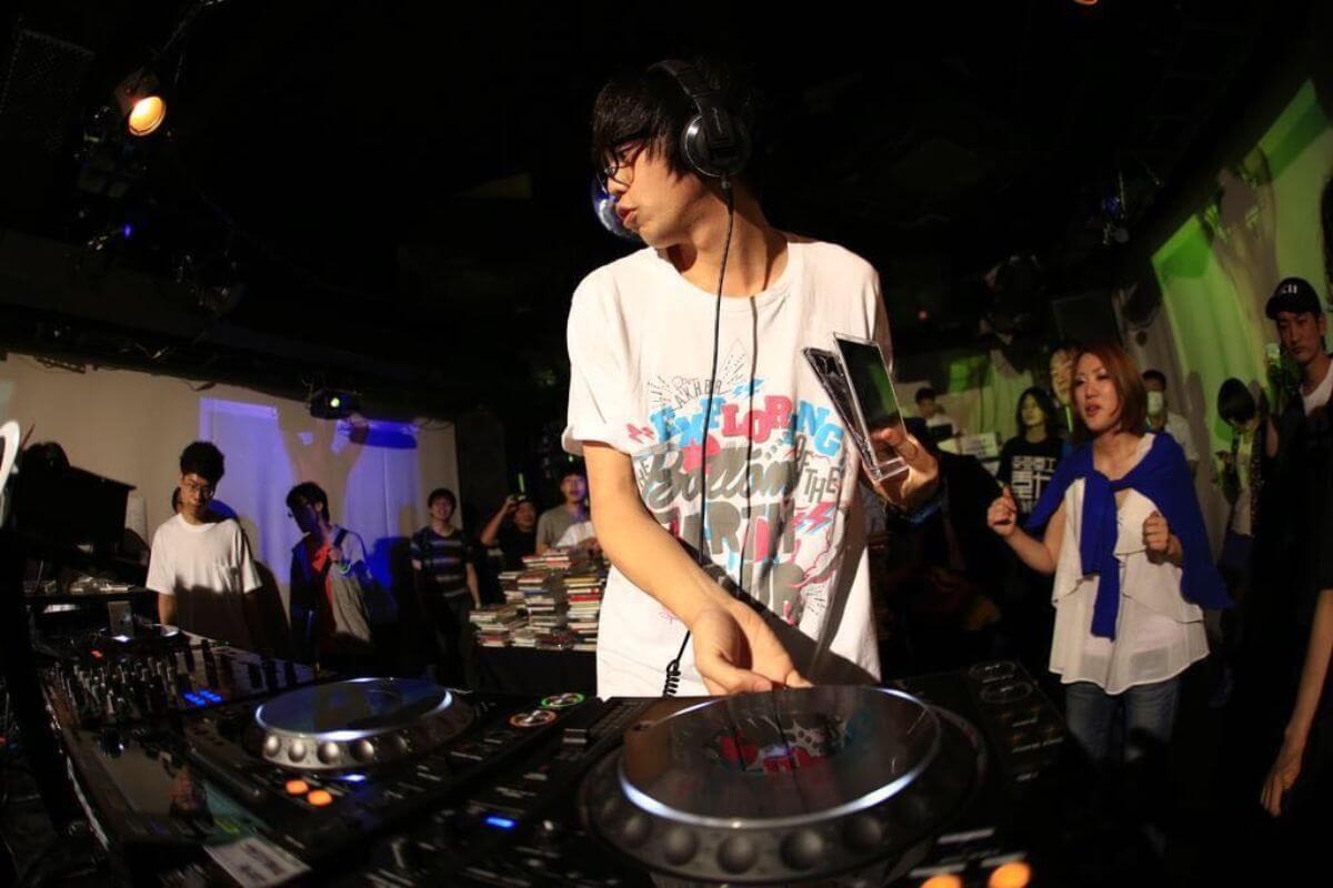 DJパフォーマンス中の山田さん