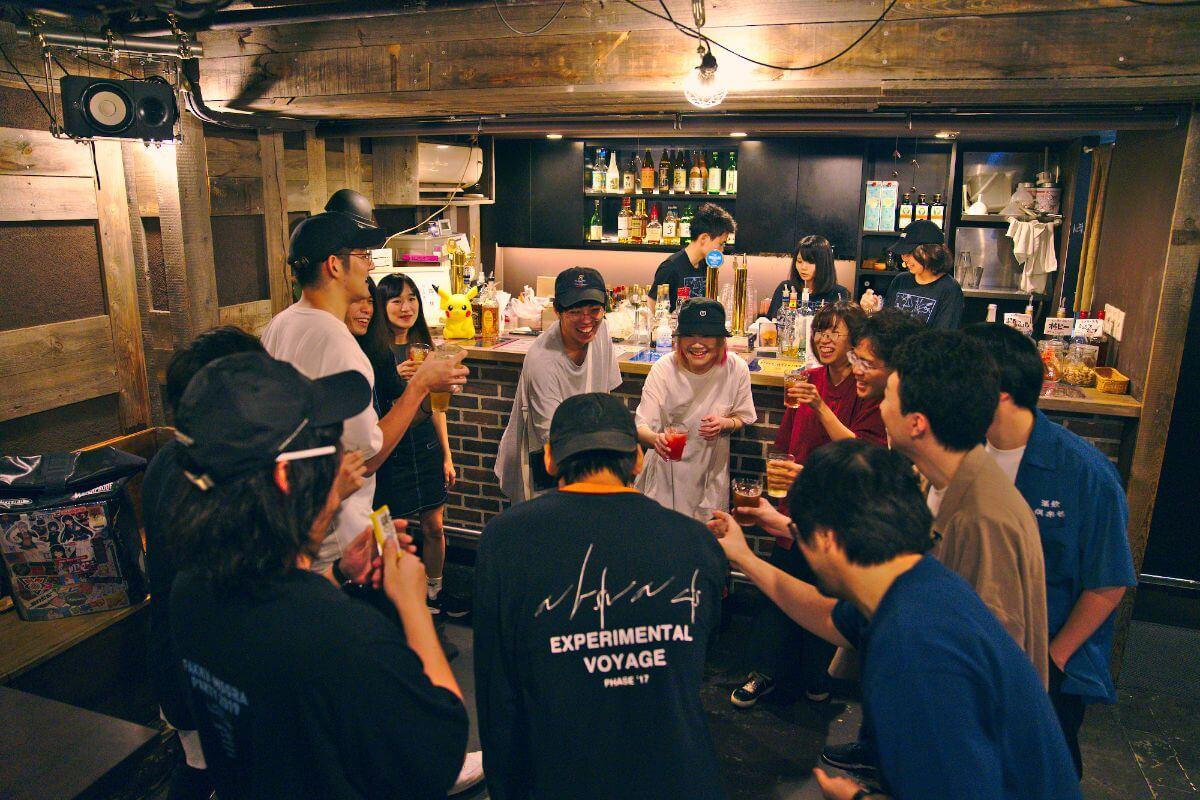 山田さん(写真中央)と、MOGRAスタッフのみなさん