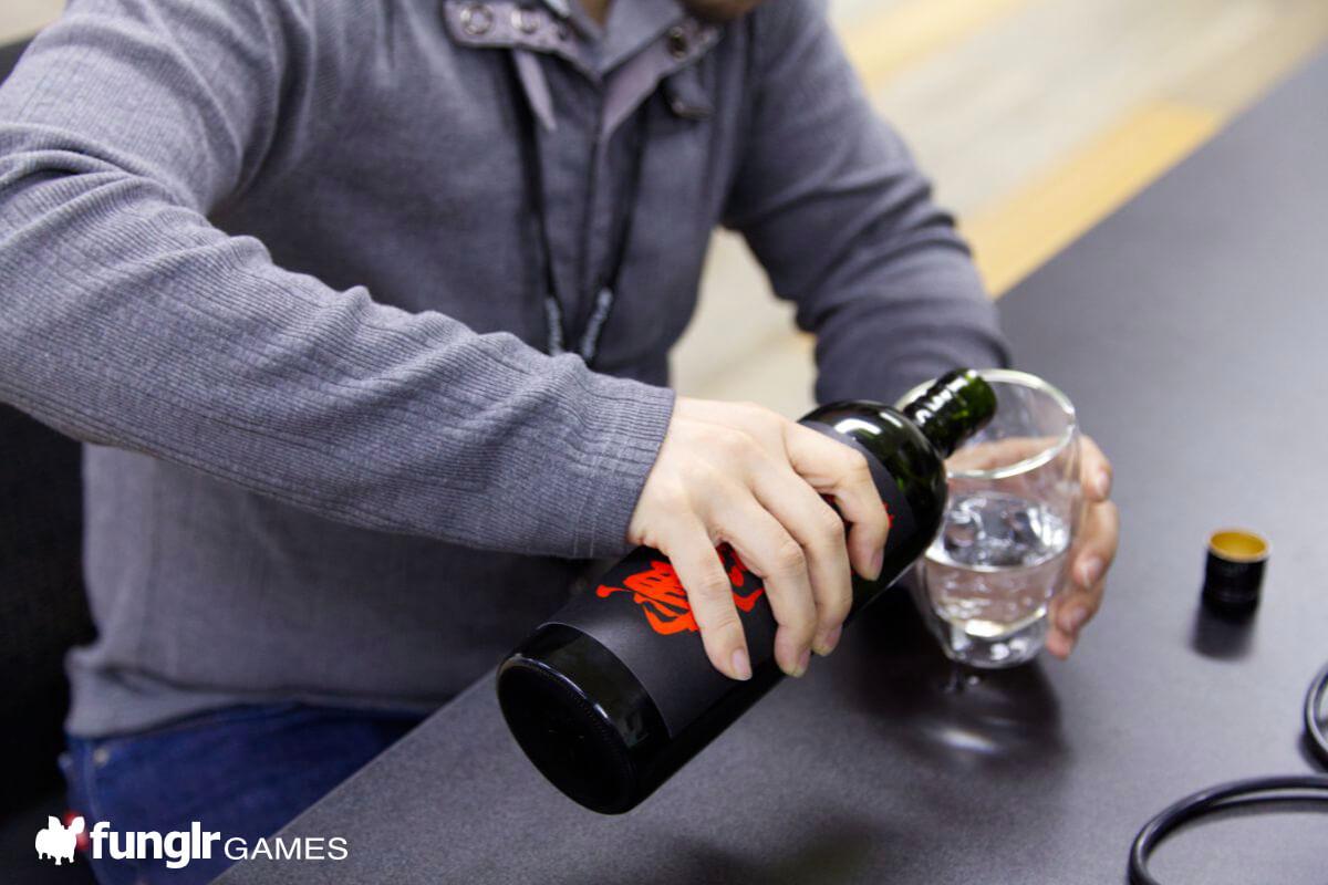 「好喝好喝!」一直倒著酒猛喝的被電纜纏繞的男人