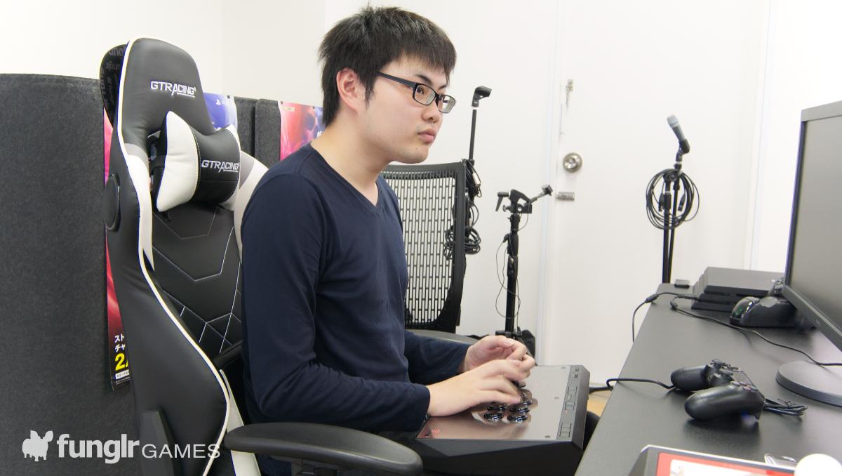 EGO Arcade Stickを操作するナッシュ田島