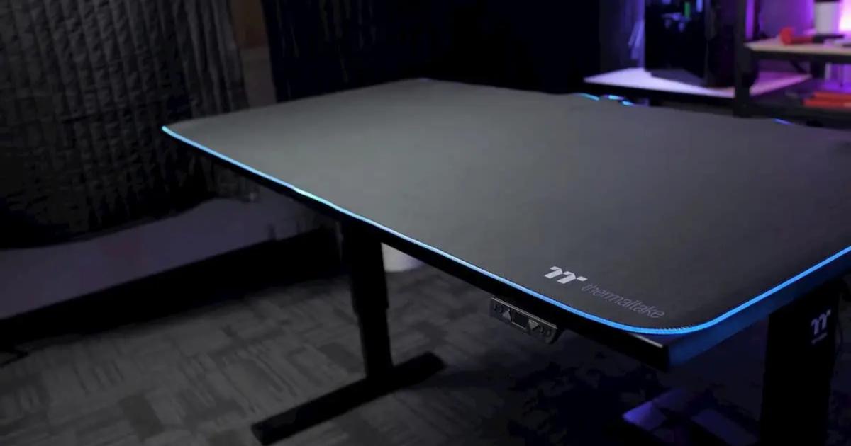 もちろん光る!電動昇降式のゲーミングデスク Thermaltake「TOUGHDESK 300 Gaming Desk」発売!