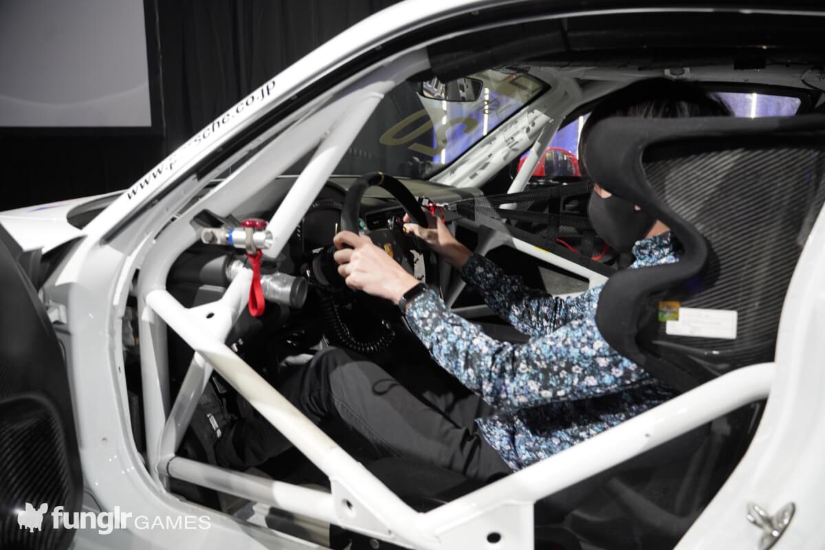 「911 GT3 Cup」に乗り込み興奮する筆者