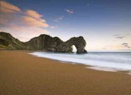 Прекрасна снимка на скалист плаж