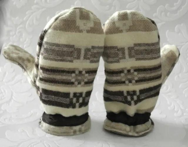 Upcycling Handschuhe genäht aus einem alten Schal