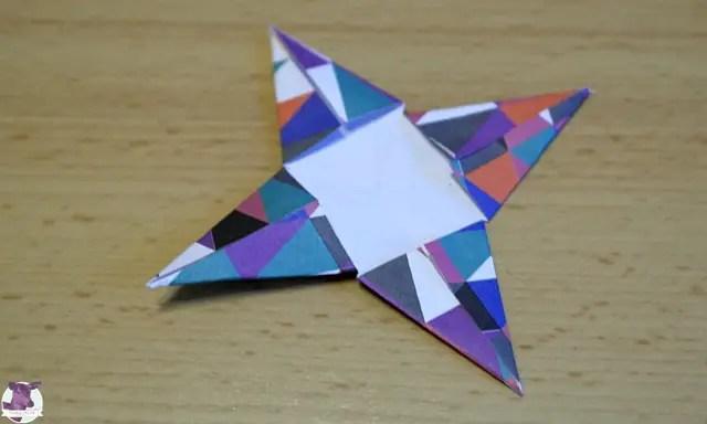 Einfache Papiersterne basteln mit Kindern für Weihnachten