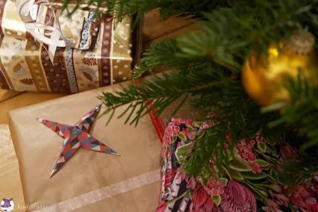 Sterne aus Papier basteln und auf Geschenke kleben