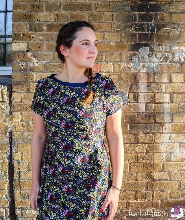 Genähtes Kleid mit Satin und Blumenmuster