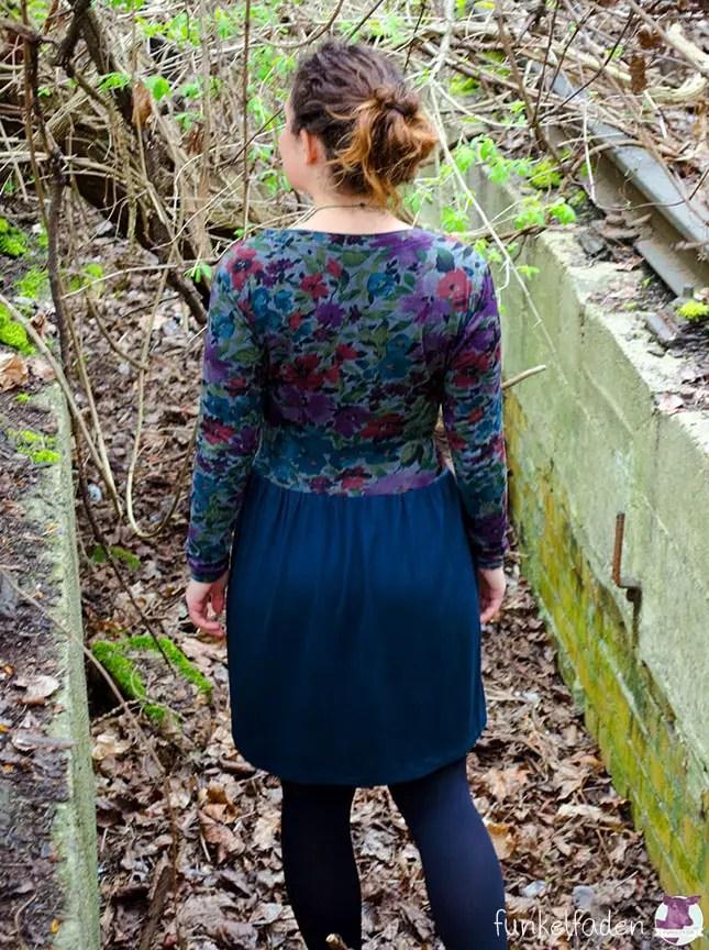 Kleid mit Blumen aus Jersey - genäht nach einem Schnittmuster von Blutsgeschwister