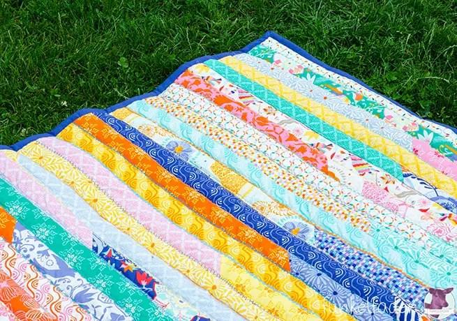 Patchworkdecke aus bunten Streifen nähen