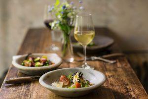 Gedeckter Tisch mit Salat