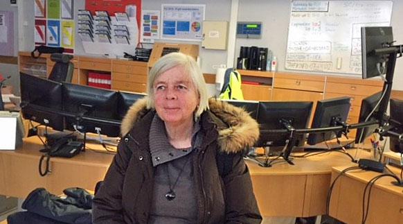 Annika Hässler framför en lång rad datorskärmar.
