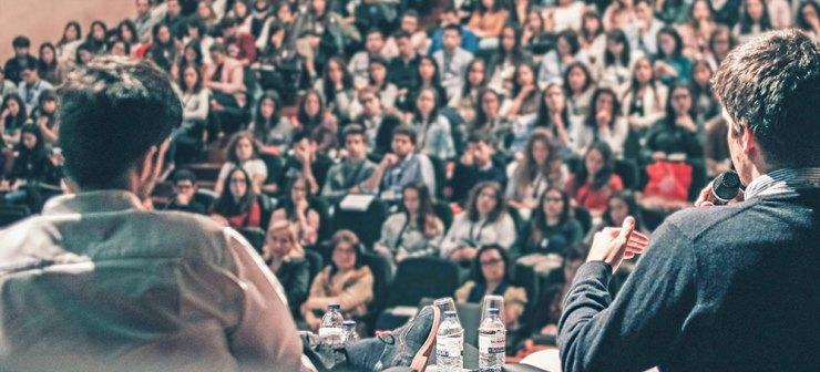 Talare framför en stor publik