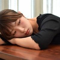 家事育児に疲れうなだれる女性