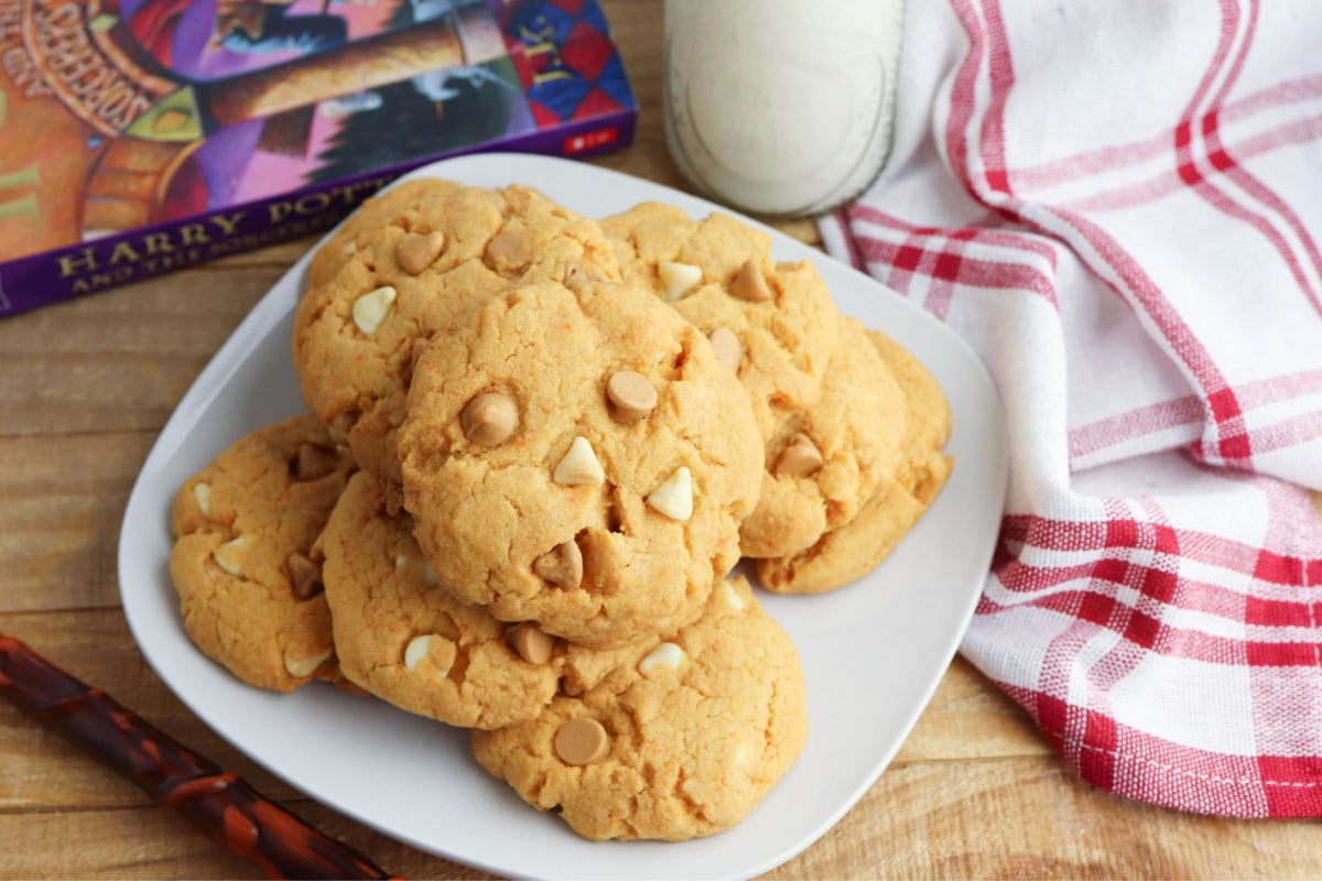 Butterbeer cookies with red and white napkin