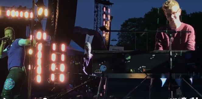 歌迷在Coldplay演唱會舉海報問「我可以幫你伴奏嗎?」下一秒主唱的反應讓全場7萬人High翻了!
