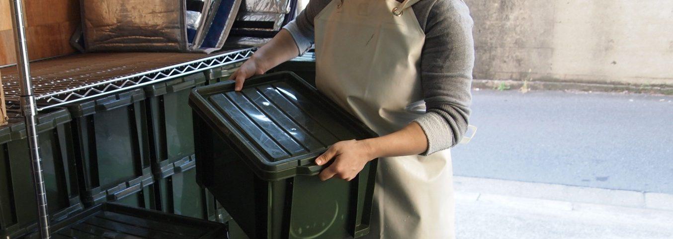 プラスチックケースを運ぶロジスティクスクルー