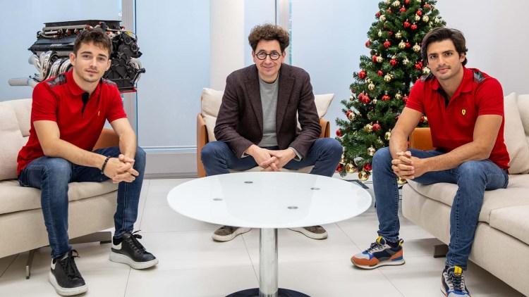 Mattia Binotto (centro) con Charles Leclerc (sinistra) e Carlos Sainz (destra)