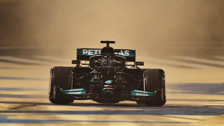 Lewis hamilton a bordo della Mercedes W12