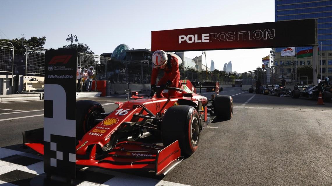 Leclerc superato da Hamilton per colpa di… un ramo!