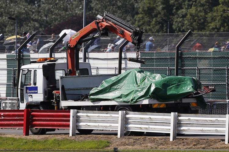 Red Bull RB16B di Verstappen avvolta nel telo verde