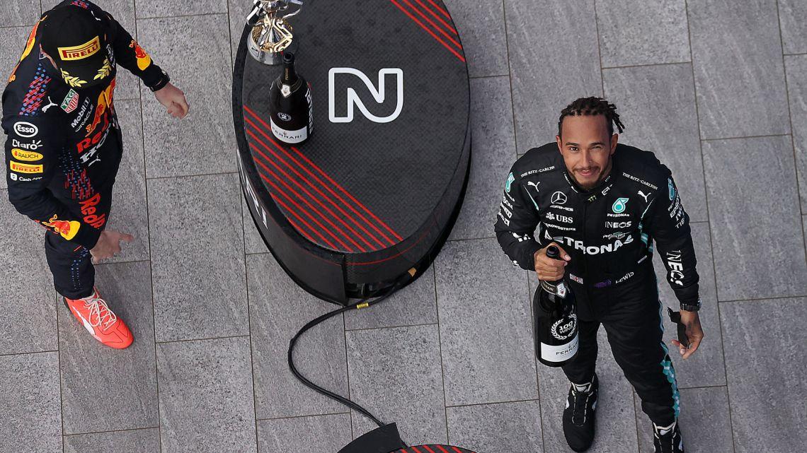 Lewis Hamilton ha ignorato la prima chiamata dai box.