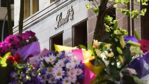 Image: Floral tributes to the victims of the Lindt Café siege, Katrina Dawson and Tori Johnson. (AAP Image/Dean Lewins)  Source: SBS