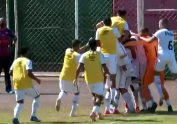 Jogadores comemoram o gol salvador de Mingotti
