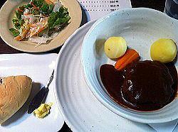 私の食べた標茶牛ハンバーグ。 なぜかライスは炊かねばないとのことで大吉さんはあえなくパンに。