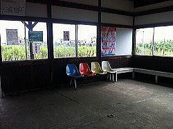 可愛い駅舎。次回はこの軽食喫茶に寄ってみたい。