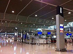 早朝の成田空港はまだ空いていました