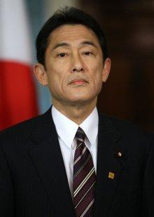 johnkerryfumiokishidakerryholdsbilateralixg4utm6usfl - Qui va succéder au Premier ministre japonais Shinzo Abe? Portrait des candidats